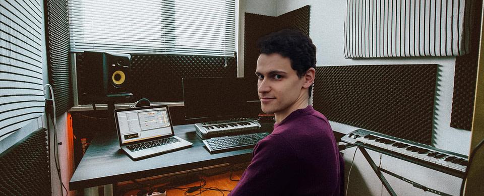 Francois, créateur du site M.A.O. Nation dans un studio